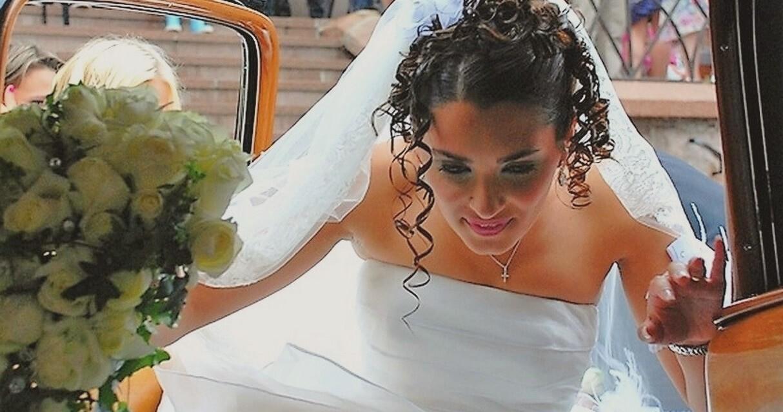 Brud stiger inn i bryllupsbilen