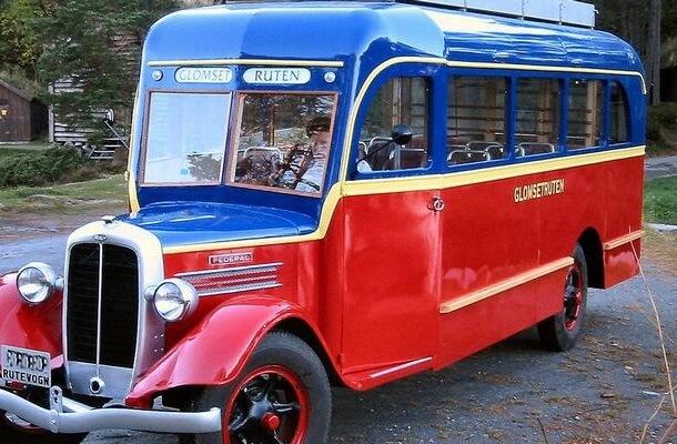 Rød 1930 talls veteranbuss