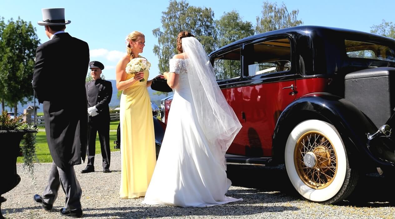 Brudepar med rød bil