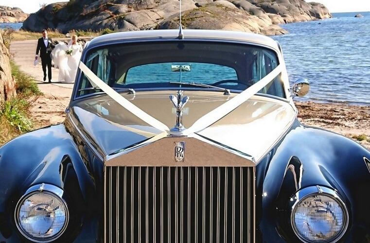 Tofarget Rolls Royce i Vestfold. Brudeparet i bakgrunnen