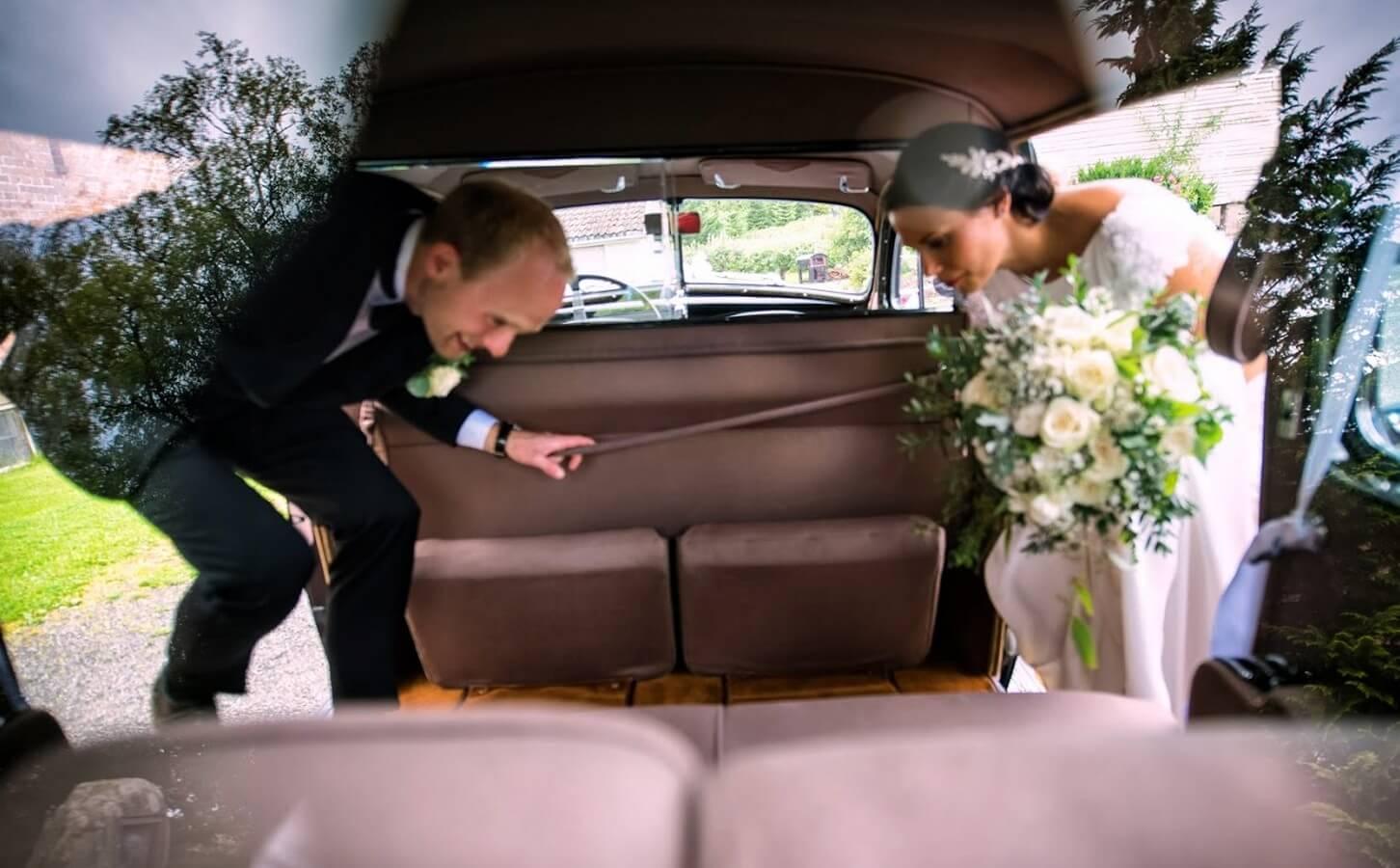 Brudepar går inn i bil