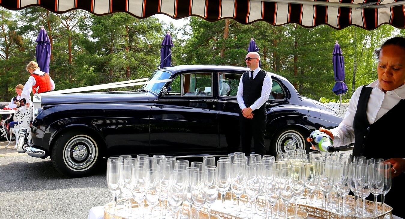 Champagne og svart bil