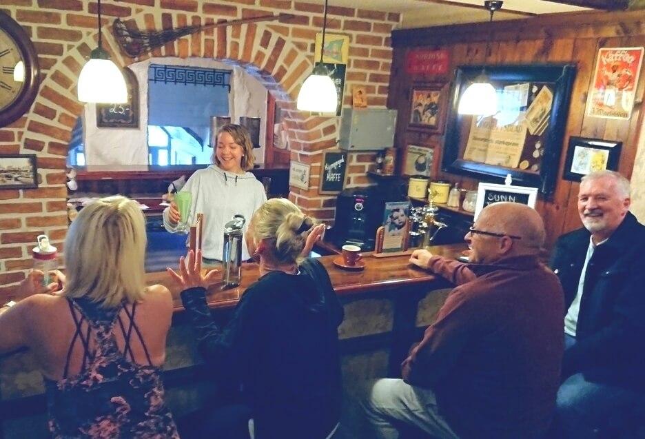 Servering av milkshake i kaffebaren på Staals