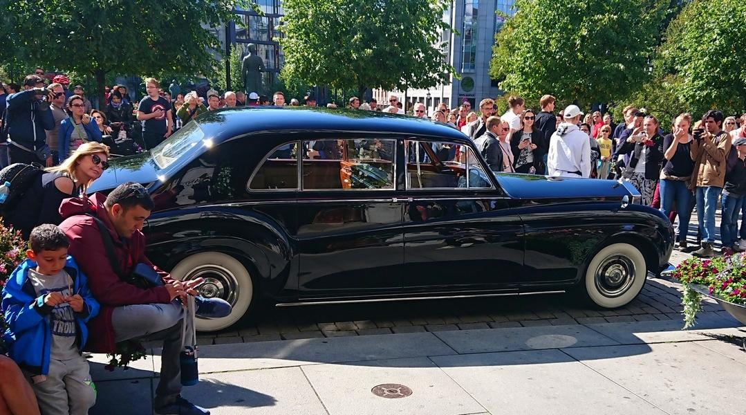 1964 Rolls-Royce Phantom utenfor Grand Hotel Oslo med masse publikum rundt