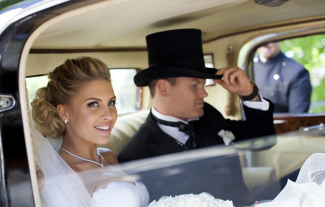 Louise Angelica og John Arne Riise med Rolls-Royce bryllupskjøring
