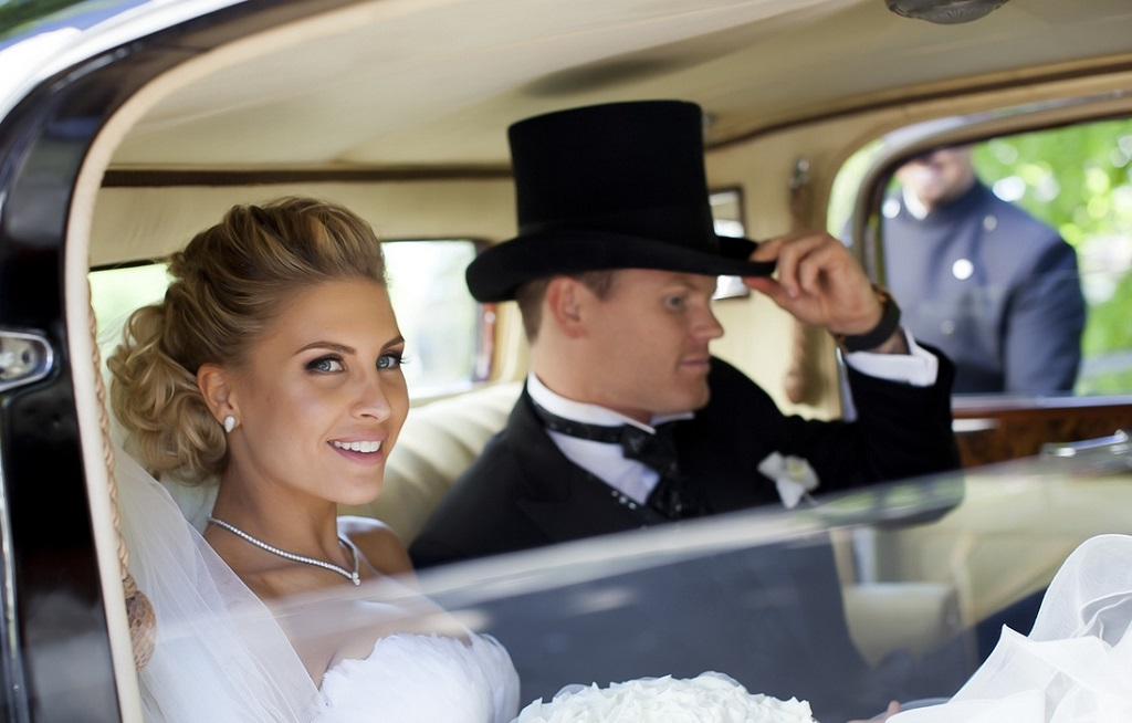Louise Angelica og John Arne Riise klare for bryllupskjøring med Rolls-Royce i Oslo